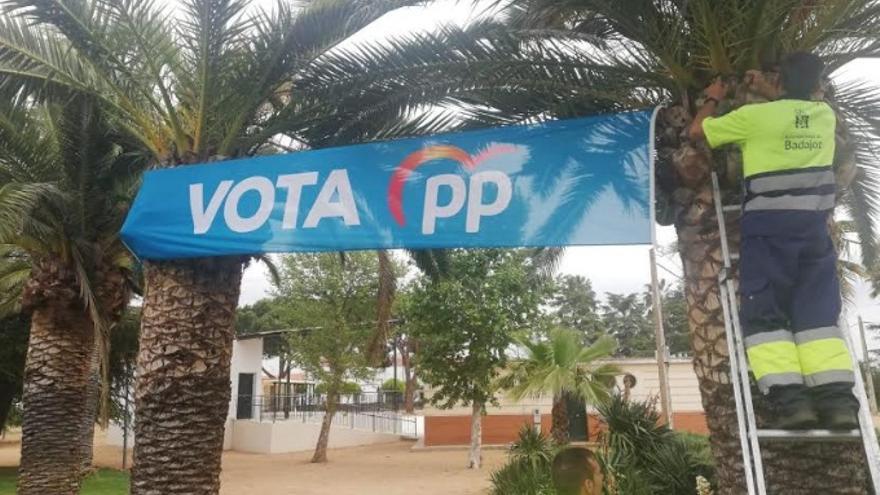 Operarios municipales de Badajoz colocando propaganda del PP