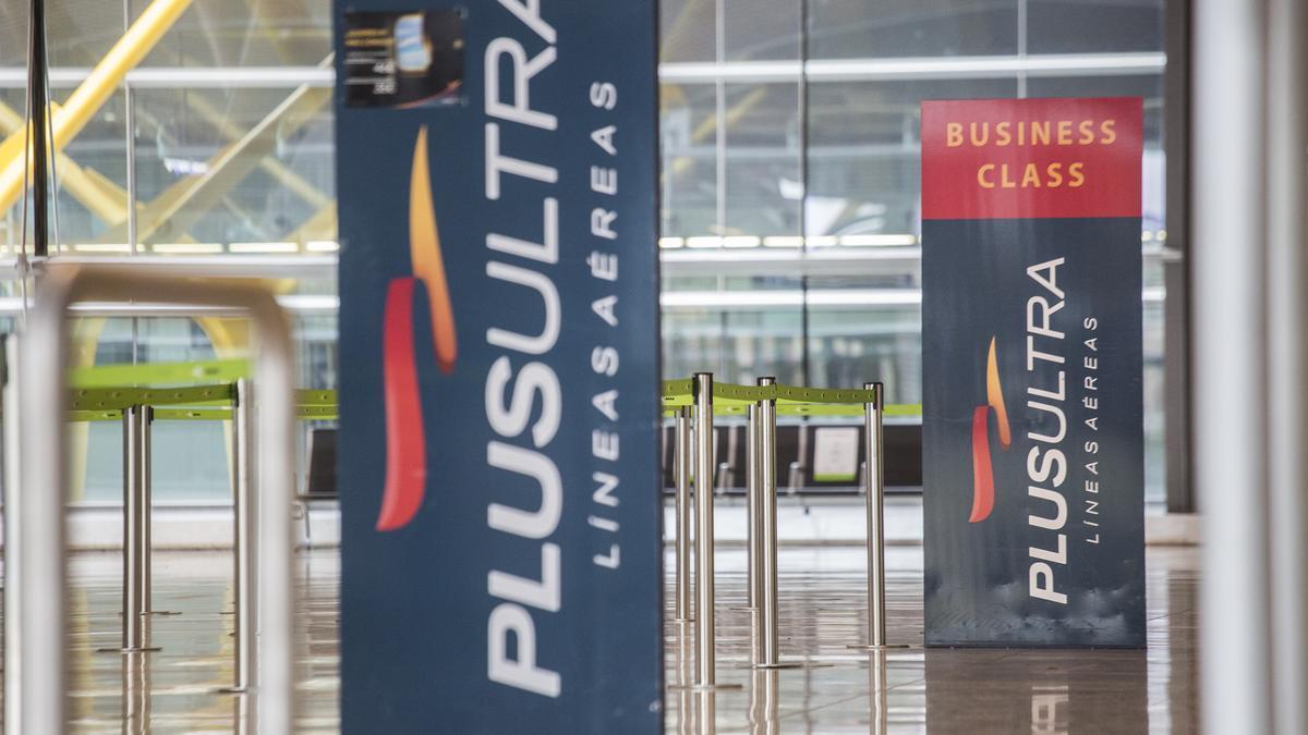 Un panel muestra información sobre vuelos de la aerolínea Plus Ultra, en el aeropuerto de Madrid.