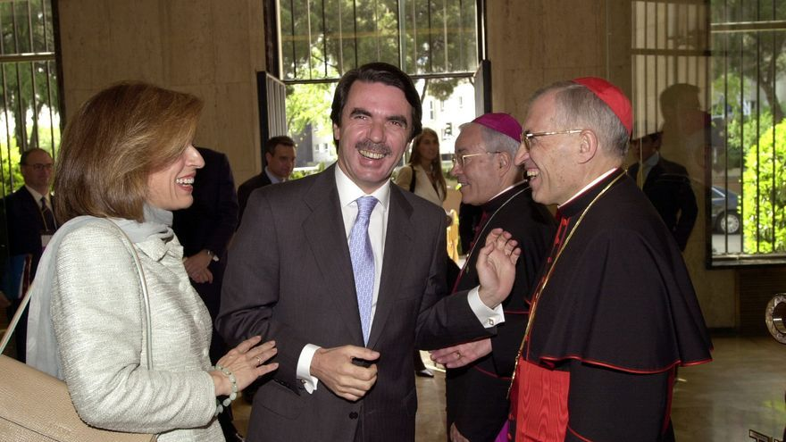 El expresidente del Gobierno José María Aznar y su esposa, Ana Botella, conversan con el entonces cardenal arzobispo de Madrid, Antonio Rouco Varela, en la Nunciatura del Vaticano en Madrid, en mayo de 2003
