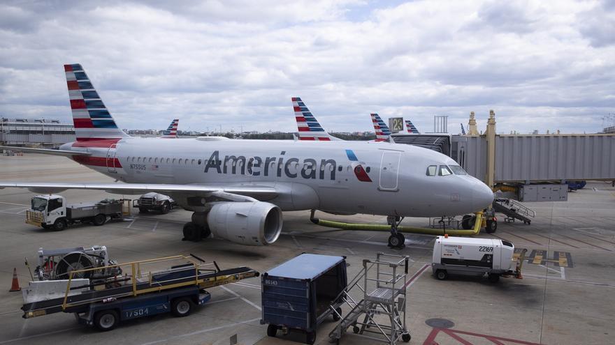 Vista de aviones de American Airlines parqueados en el Aeropuerto Ronald Reagan de Washington.