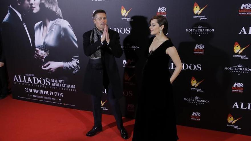 Los actores, el estadounidense Brad Pitt y la francesa Marion Cotillard, posan a su llegada al estreno de 'Aliados', un film romántico de espionaje dirigido por Robert Zemeckis. EFE/JuanJo Martín