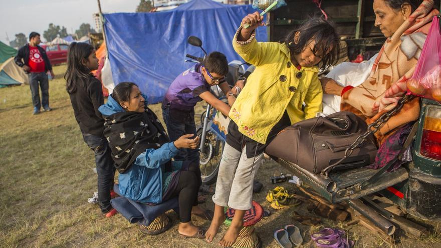 Gungun consiguió bajar corriendo seis pisos de su edificio antes de que se derrumbara, Hoy vive en una furgoneta con su familia en el campamento de Tundikhel. Foto: Prashanth Vishwanathan/ActionAid