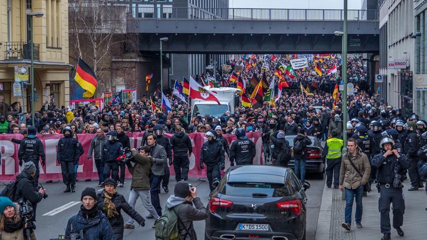 """Gran manifestación de la extrema derecha en Berlín con el lema """"Merkel tiene que irse"""""""