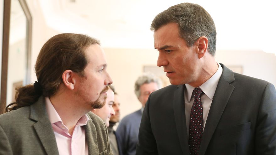 Pablo Iglesias y Pedro Sánchez antes de rubricar el preacuerdo para el Gobierno de coalición.