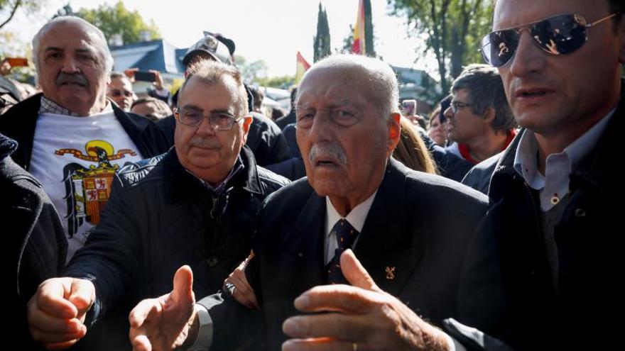 Tejero se suma a los manifestantes en Mingorrubio, donde será reinhumado Franco
