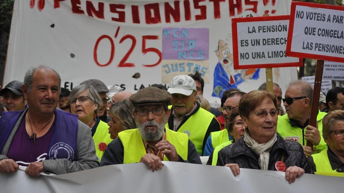 """Imagen de archivo de una manifestación por """"unas pensiones dignas"""", en Murcia, que reclamaba acabar co las subidas del 0,25%."""