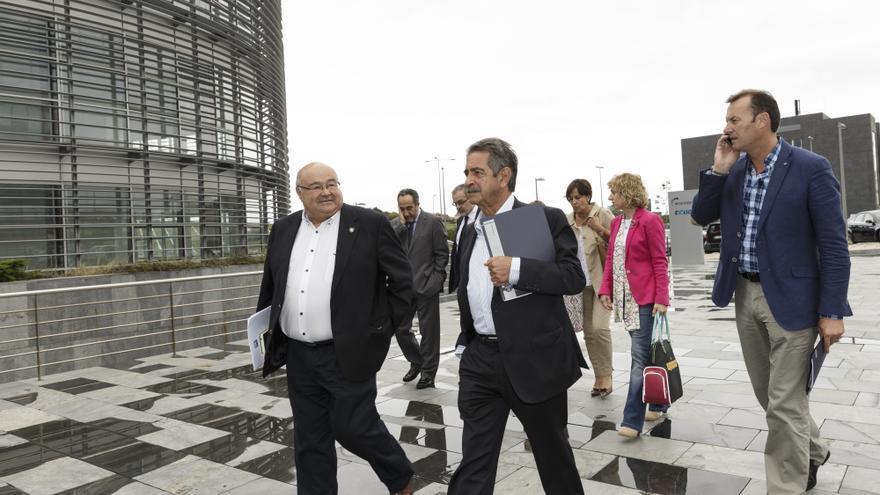 Las autoridades, a su llegada al Instituto de Hidráulica, en el PCTCAN. | RAÚL LUCIO