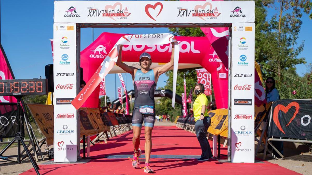 Camilo Puertas celebrando su triunfo en Sevilla.