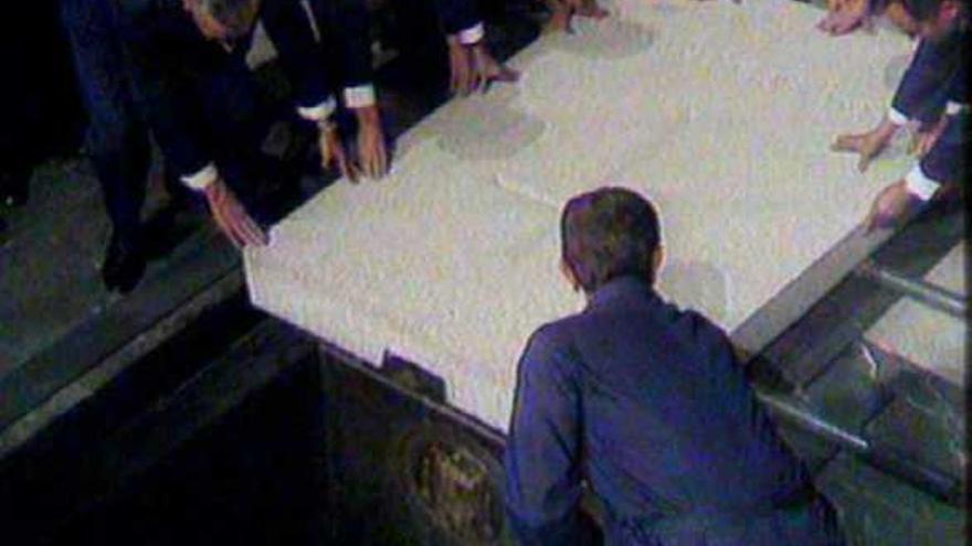 Momento de la colocación de la lápida en la fosa del dictador Franco