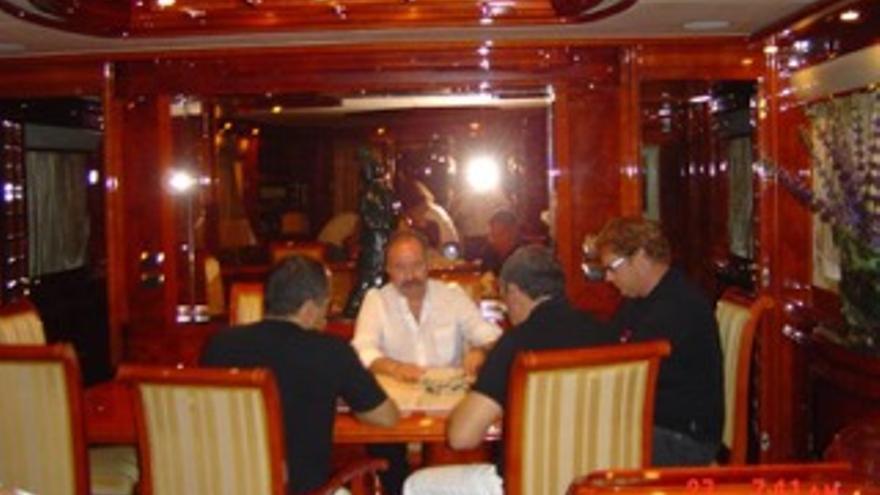 Joaquín Peñalver, Fernando Berberena, Ramón Salvador y Renatto del Noce jugando al dominó el el yate de Salvador