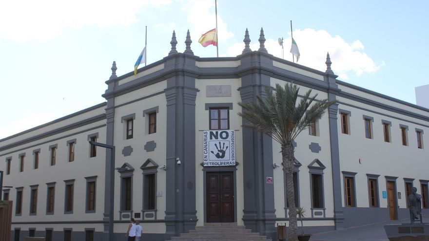 Edificio del Cabildo de Fuerteventura con las banderas a media asta.
