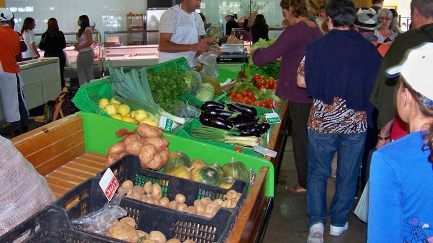 El Mercadillo del Agricultor de Puntagorda  ofrece frutas, hortalizas y una amplia variedad de quesos, vinos, repostería tradicional, mojos, mieles y una variada oferta de artesanía