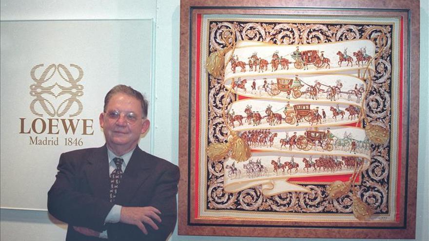 Loewe lamenta el fallecimiento del artista Vicente Vela, creador de su anagrama