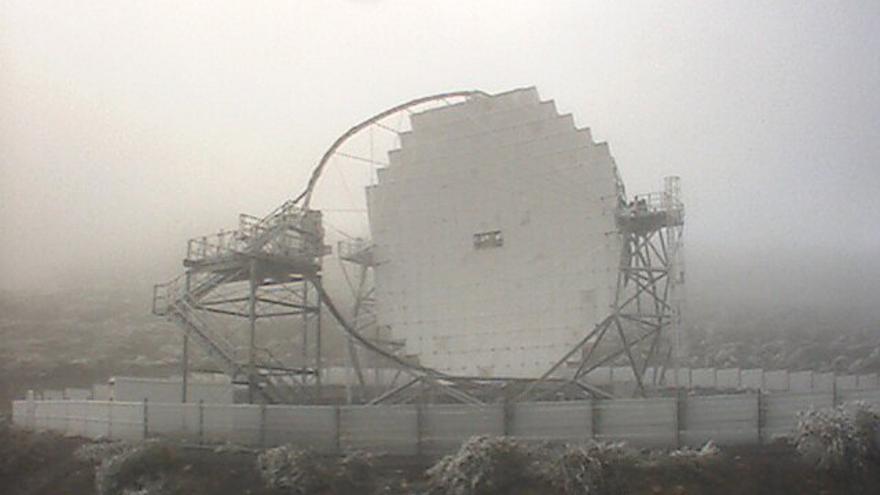 En la imagen, uno de los telescopios Magic, este jueves, con el entorno helado. (Imagen captada de la webcam de los Magic).