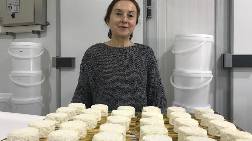 María muestra algunos de los quesos que produce, recién elaborados.
