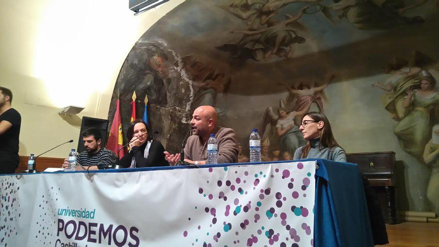 Bescansa (en el centro) junto a Espinar (izq.) y José García-Molina (dcha.)