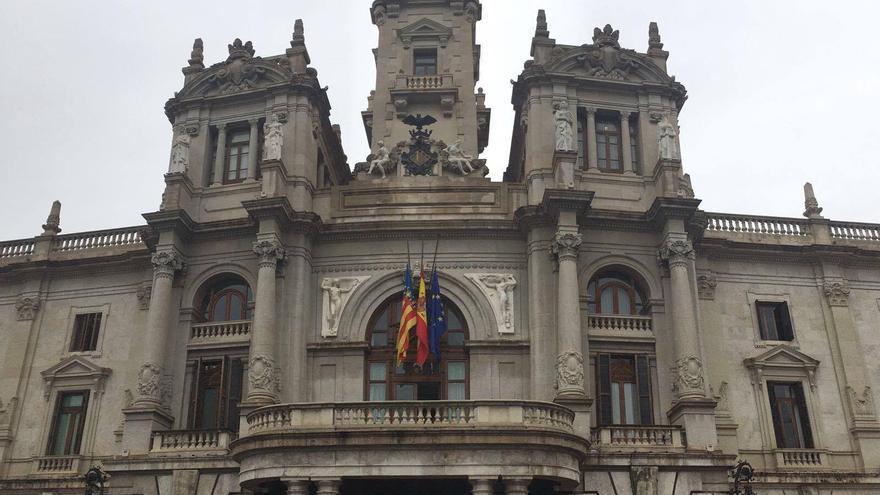 Las banderas ya ondean a media asta en el Ayuntamiento de Valencia