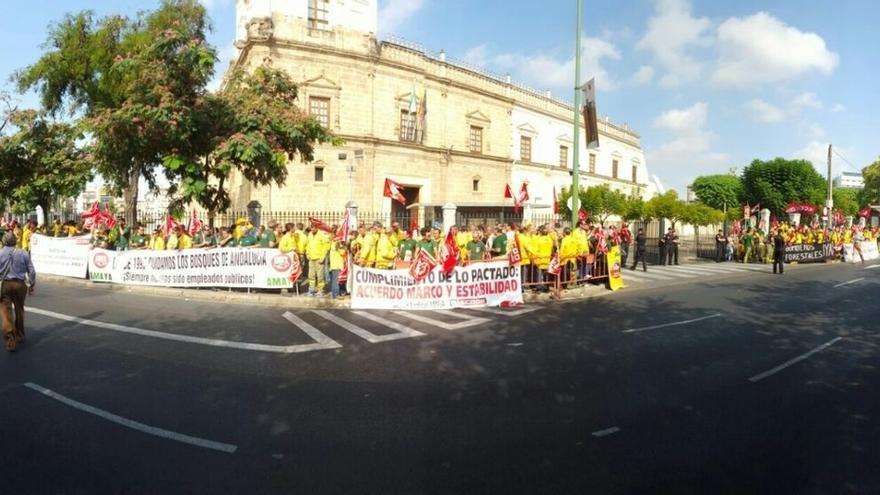 Centenares de trabajadores de la Amaya se concentran ante el Parlamento en protesta por sus condiciones laborales