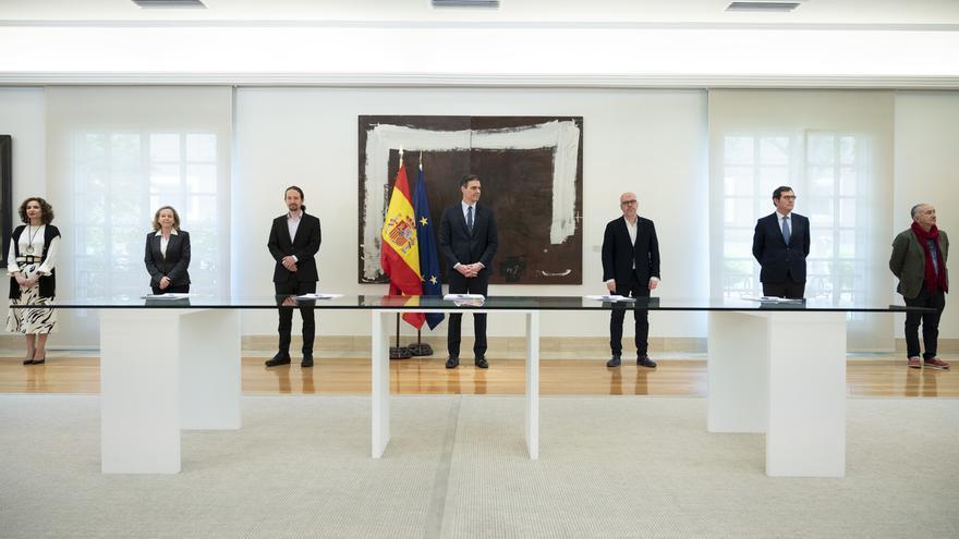 Imagen de archivo de la firma en la Moncloa del acuerdo para prorrogar los ERTE hasta el 30 de junio.