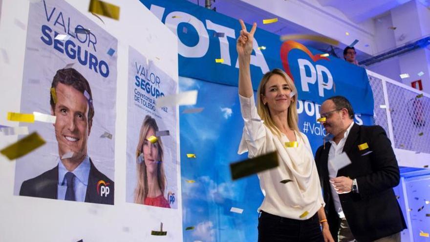 La candidata del PP por Barcelona, Cayetana Álvarez de Toledo, junto al presidente del PP en Catalunya, Alejandro Fernández, en un acto de la campaña electoral.