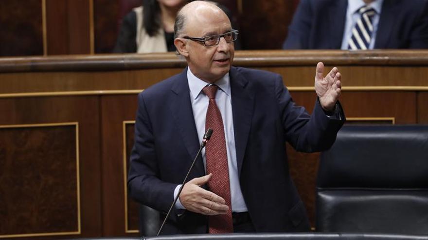 El ministro de Hacienda, Cristóbal Montoro, interviene en la sesión de Control al Gobierno. EFE/Javier Lizón