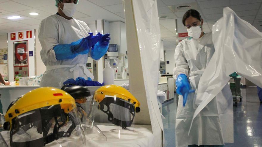 Dos sanitarios se quitan los EPI en la Unidad de Cuidados Intensivos de Coronavirus del Hospital de Galdakao (Bizkaia).