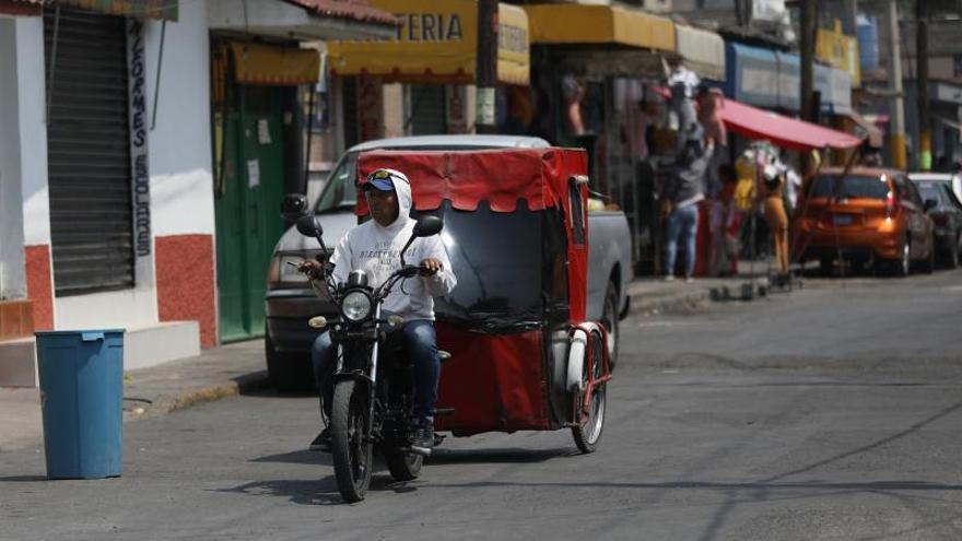 Fotografía del 16 de abril de 2020, que muestra a un motociclista en una calle del municipio de Ecatepec, en el Estado de México (México).