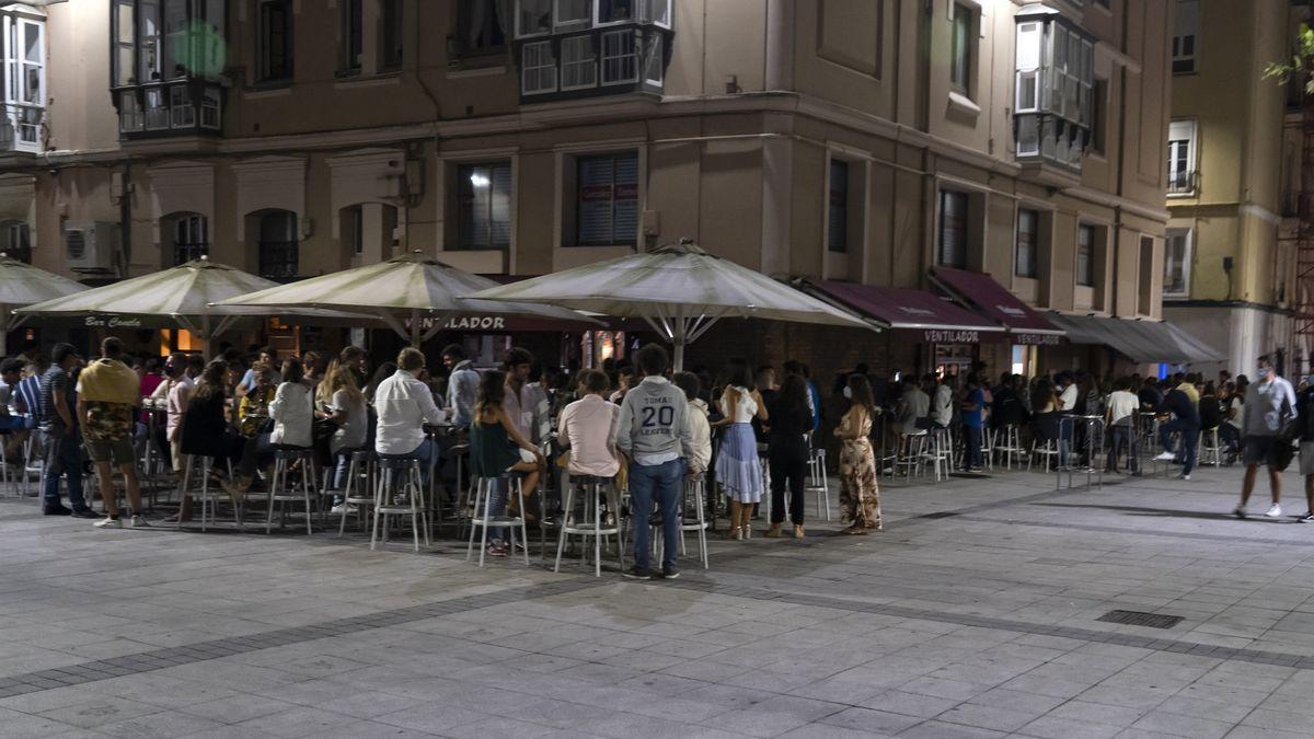 Terrazas de los bares por la noche.