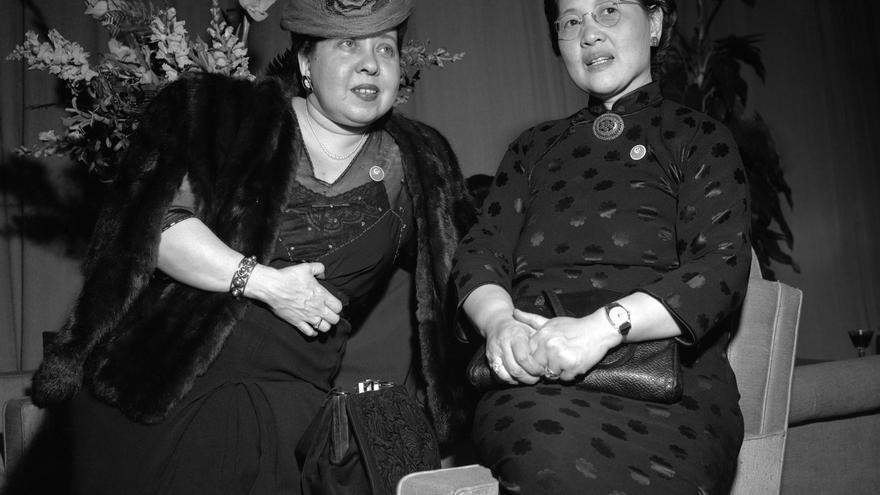 Minerva Bernardino, de la República Dominicana, con Yizhen New, de China, integrantes de la Subcomisión de la Condición Jurídica y Social de la Mujer de la Comisión de Derechos Humanos, en Nueva York, en abril de 1946.