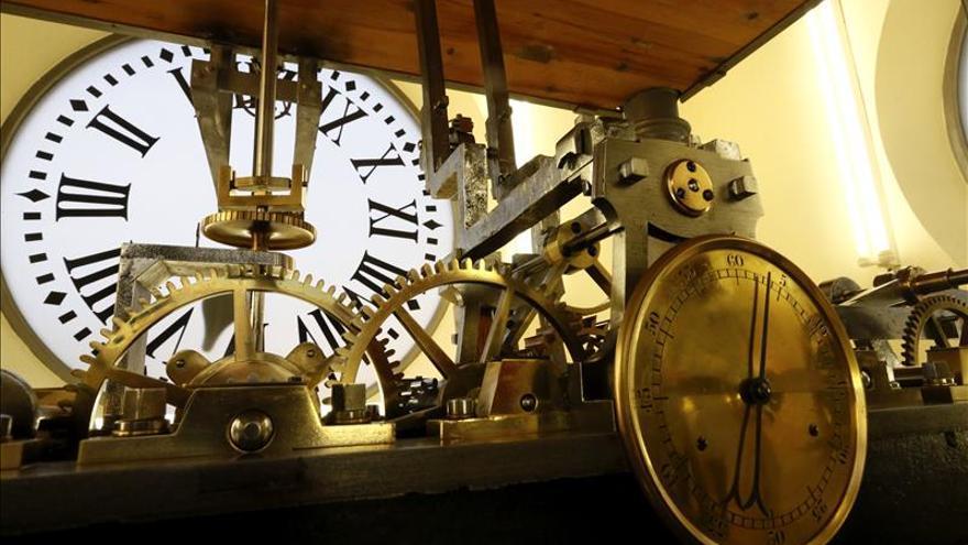 El reloj de la puerta del sol estrena luminoso para for Reloj de puerta del sol