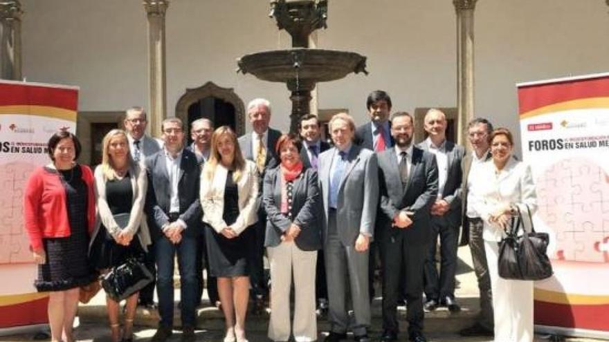 Foto de familia de los participantes, con la conselleira de Sanidade y otros cargos