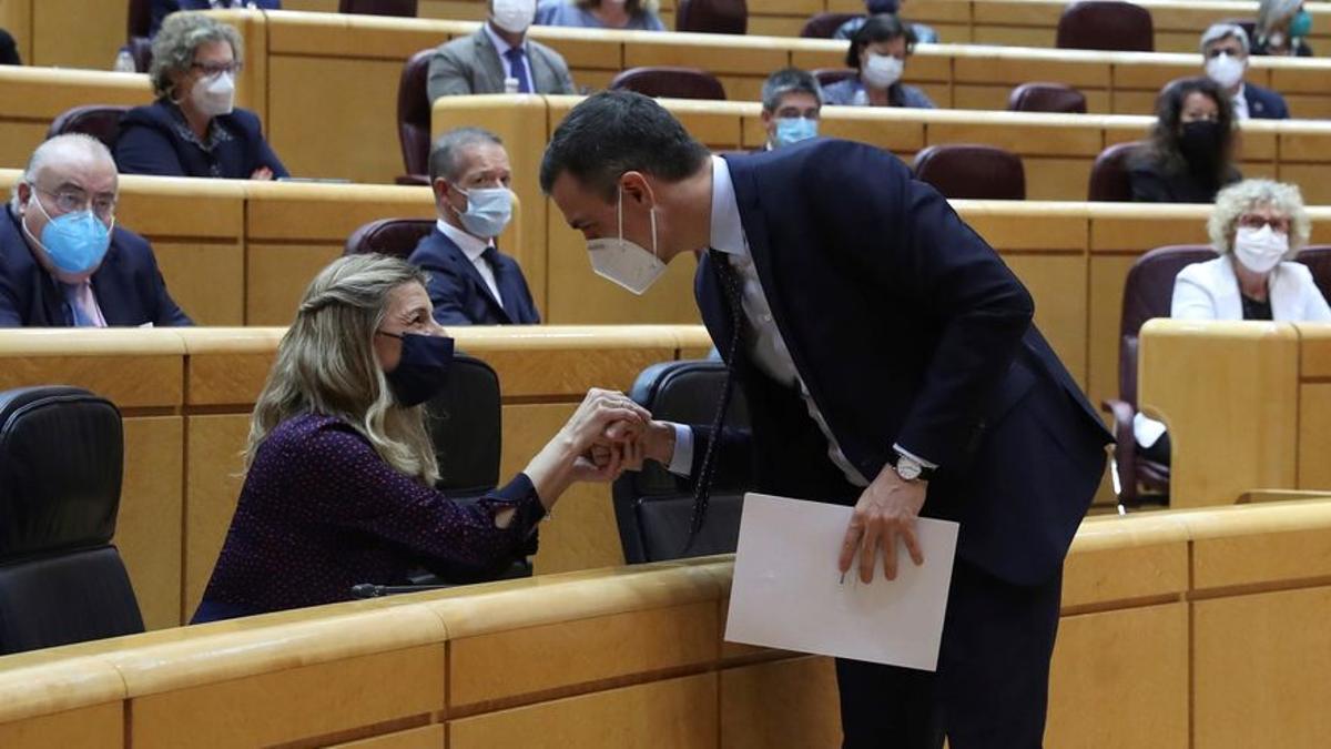 Pedro Sánchez saluda a Yolanda Díaz en una sesión de control del Senado.