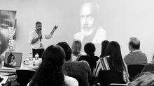 Emilio Barrionuevo en la conferencia que impartió sobre el retrato.
