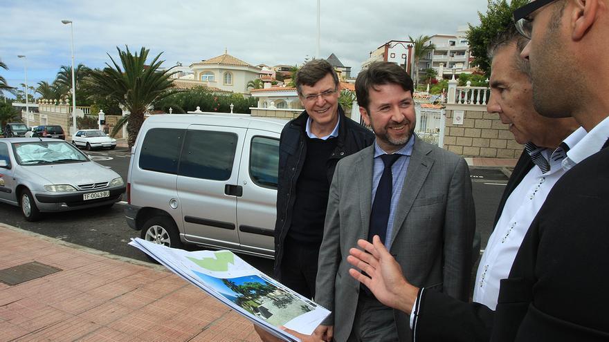 Carlos Alonso (c) durante la visita a unas obras en el municipio de Adeje,
