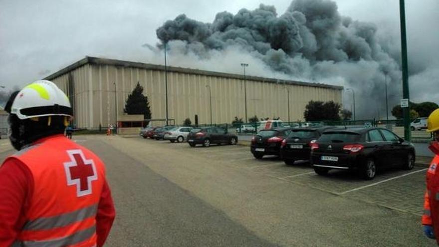 El incendio en la fábrica de Campofrío sigue activo pero está controlado