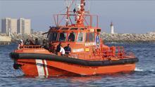 Una patrullera de Salvamento Marítimo traslada al puerto de Almería a unos inmigrantes rescatados cuando viajaban en una patera (imagen de archivo).