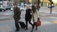 Xabier Sánchez Robles, con sus abogados, a la entrada del juzgado