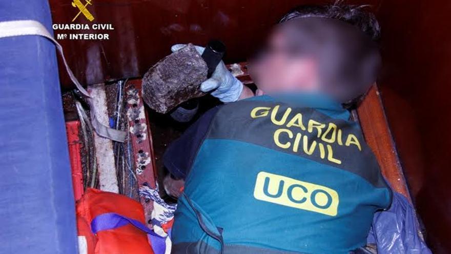 En un velero atracado en el Puerto de Santa Cruz de La Palma se intervinieron 318 kilos de cocaína negra ocultos en un doble fondo habilitado en el depósito de combustible y sellado con cemento.  Foto: GUARDIA CIVIL.