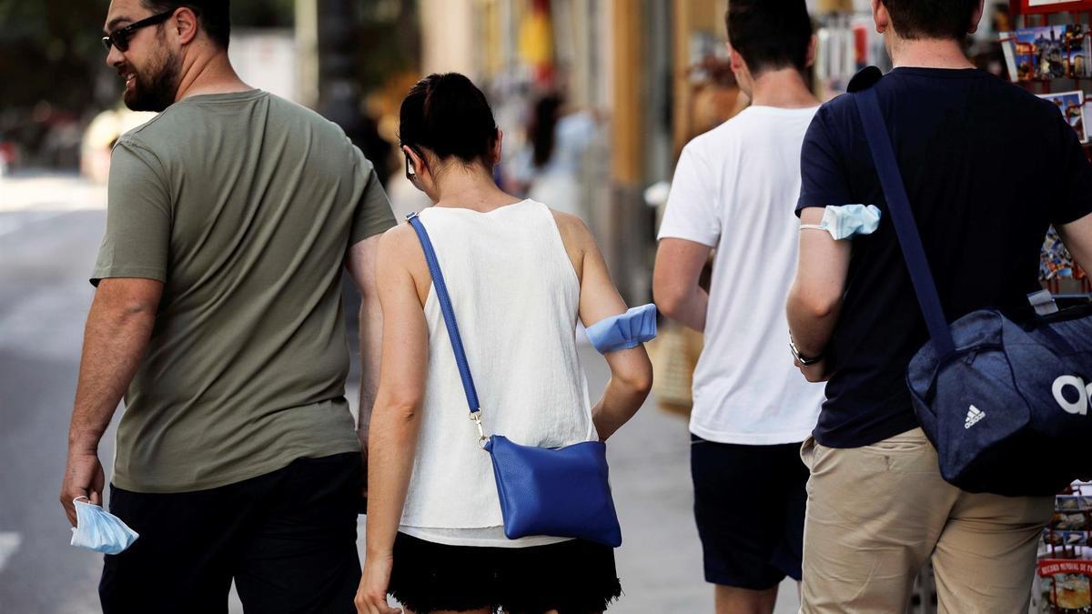 Varias personas por el centro de Valencia este sábado, primer día sin obligatoriedad de usar mascarillas al aire libre