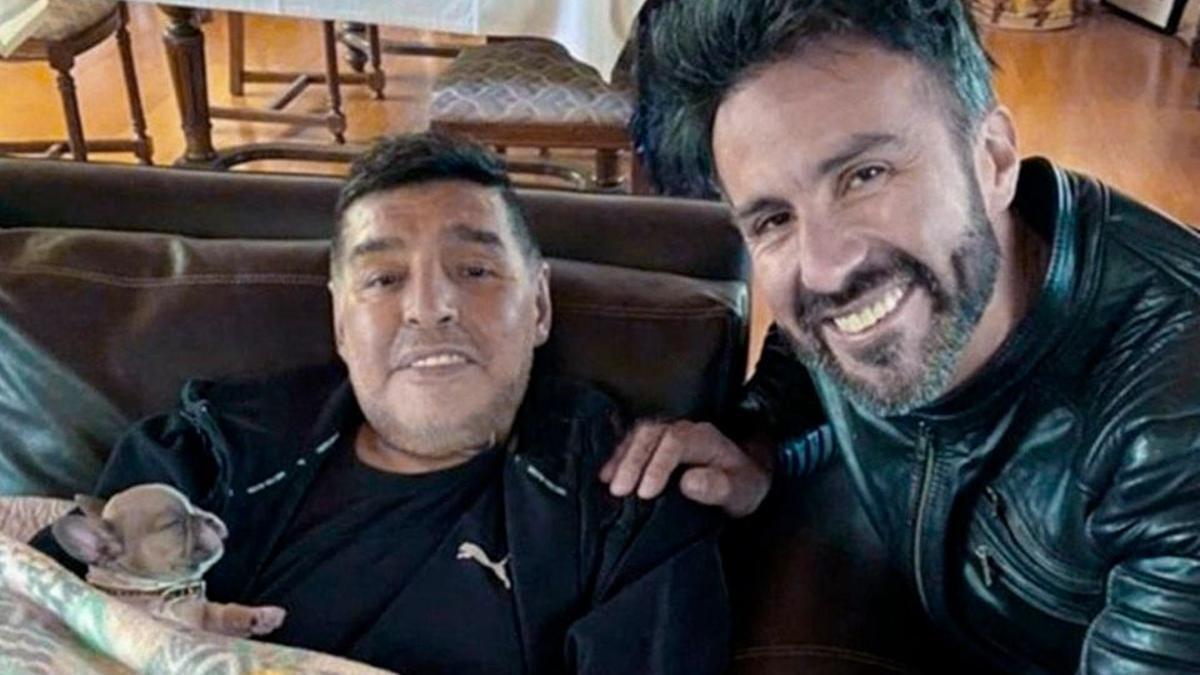 Maradona junto con el neurocirujano Leopoldo Luque, encargado de su tratamiento.