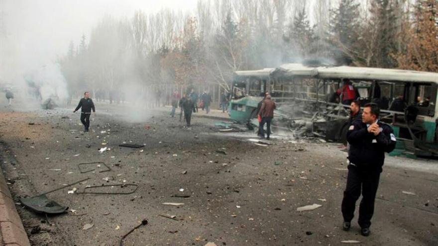 Trece militares muertos y 48 heridos en un atentado contra un autobús en Turquía