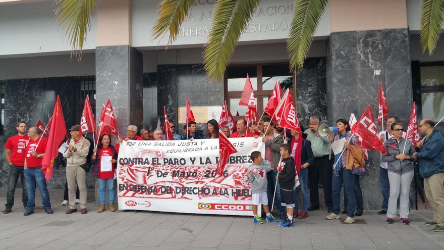 Apenas una treintena de personas acudió a la concentración del 1 de Mayo. Foto: LUZ RODRÍGUEZ.