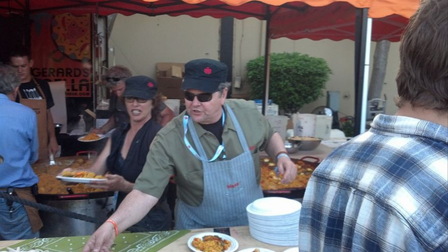 Dale Dougherty, CEO de Make Media, cocinando en un Maker Faire