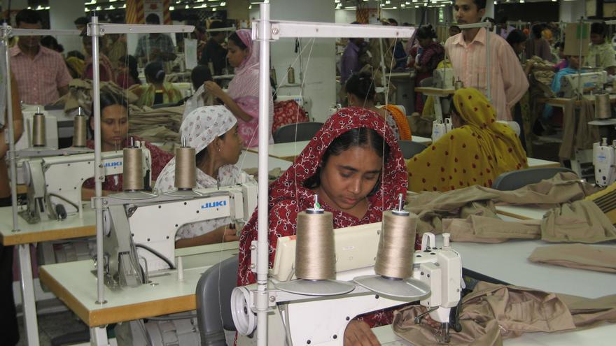Taller textil en Bangladesh. Foto: Icíar de la Peña / Ayuda en Acción