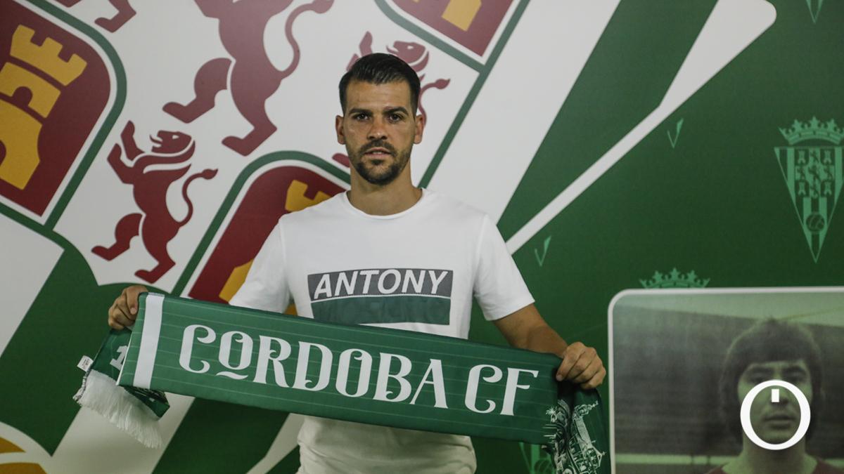 José Ruiz posa con la bufanda del Córdoba