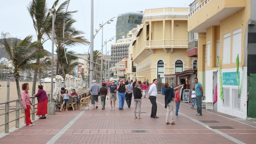 Gente en el paseo de la playa de Las Canteras