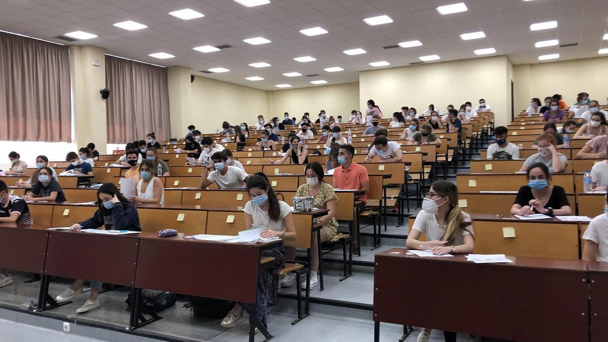 Estudiantes realizan la prueba de acceso a la universidad.
