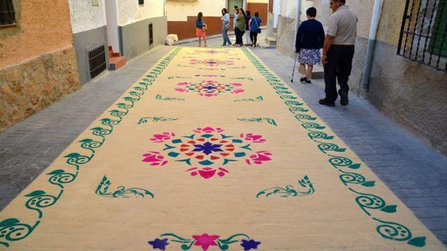 Una de las alfombras de serrín en Elche de la Sierra