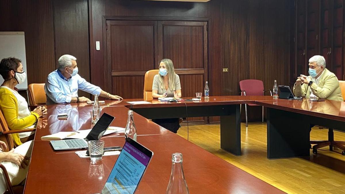 El presidente de la Asociación de Municipios Turísticos de Canarias, José Miguel Rodríguez Fraga, y su vicepresidenta, Onalia Bueno, durante una reunión.