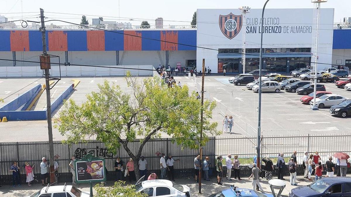 Largas colas pudieron verse en las instalaciones del Club San Lorenzo.